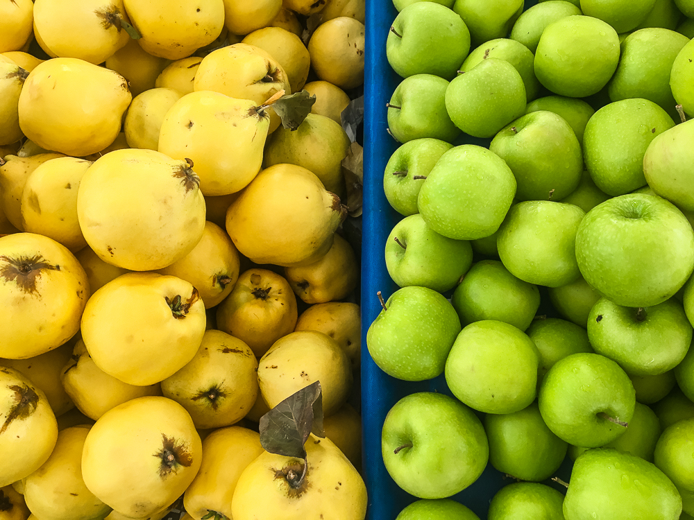 kvæder, kvæde frugter, Alanya december bazar, alanya sæson frugter, hvad er på sæson i december, bazar i alanya, frugter fra Alanya, Alanya frugter, vindruer fra Tyrkiet, eksotiske frugter i Tyrkiet