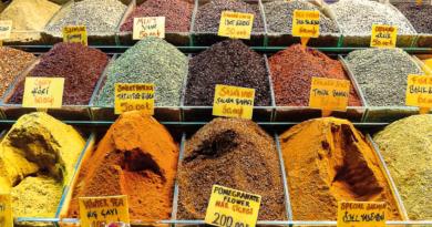 populære tyrkiske krydderier, krydderier i tyrkisk mad, tyrkiske kyrdderier, krydderier fra Tyrkiet, dansk tyrkisk parlør, dansk tyrkisk ord, lær tyrkisk, shopping i Tyrkiet, tyrkisk shopping, salt på tyrkisk, krydderi shopping i Tyrkiet